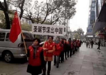 Her er det som skulle sjå ut som ein «spontan» gateprotest med banner om å få jula ut av Kina. Foto: Weiquanwang