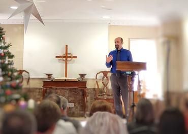 Pastor Ramazan på talerstolen i Antalya, ansikt til ansikt med menigheten. Under pandemien ser han dem ikke.