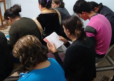 Ei kvinne les Bibelen under ei gudsteneste i ei av dei protestantiske kyrkjene i Algerie.