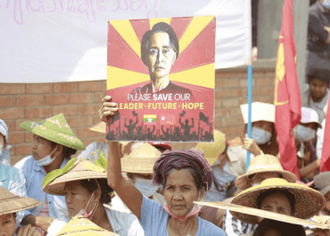 Demonstranter krever Aung San Suu Kyi fri.