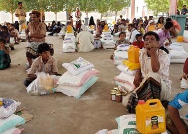 Sekker med ris og kanner med olje holder liv i sultne.