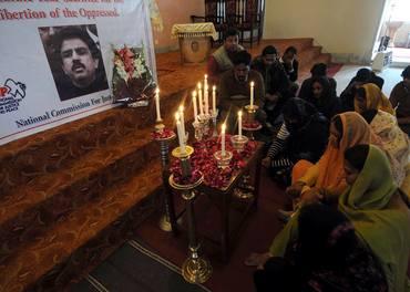 Shahbaz Bhatti forsvarte de lidende, måtte bøte med livet. En gruppe kvinner ber for ham etter hans død.