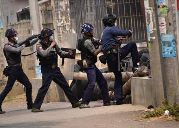 Sikkerhetsstyrker jager demonstranter.