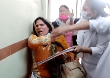 Tabitha Gill bankes opp og tvinges til å skrive under på at hun har begått blasfemi på sykehus i Karachi, januar 2021.