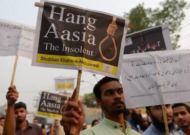 Pakistanske islamistar demonstrerte med slagord som «Heng Asia Bibi - den uforskamma» då den kristne kvinna i 2018 vart frikjent for blasfemi etter å ha vore dødsdømt i åtte år.