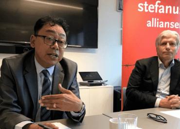 Aung Myo Min på besøk hos Stefanusalliansen, her på seminar på kontoret saman med stortingsrepresentant Ola Elvestuen i Venstre.