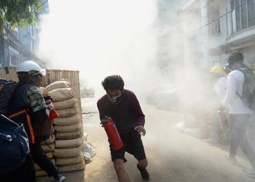 Hæren i Myanmar slo hardt ned på fredelige demonstranter etter kuppet. No rettes angrep mot religiøse minoriteter.