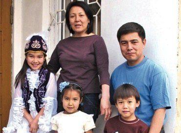 Guljan og Maksat med sine tre barn.Jentene har pyntet seg for fotografen med tradisjonelle kjoler. (Foto: Bjørn A. Wegge)