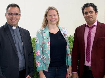 Fader Amer Jaje og Saad Salloum fikk Stefanusprisen i 2018, her sammen med assisterende generalsekretær Hilde S. Vollebæk.