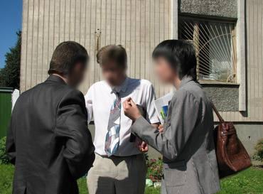 To advokater fra Stefanusalliansens partner møter en representant for myndighetene i et land i det tidligere Sovjetunionen.