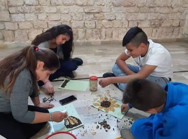 Barn fra lokalsamfunn får en trygg ramme med ulike aktiviteter innen lek, drama og kunst og håndverk. Foto: Merath