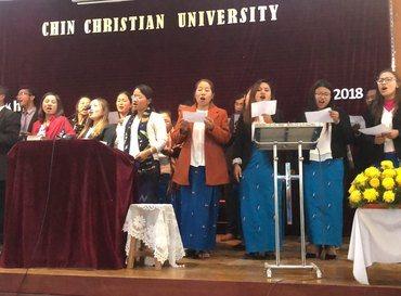 Lærere ved Chin Christian University i byen Hakha i Chin-staten synger for studentene. Bilde fra 2018. Foto: Christine Gripsgård Lunga