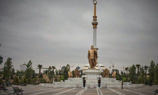 Foto: Gullstatue av tidligere president Turkmenbashi i Ashgabad, hovedstaden i Turkmenistan. Foto: Stefanusalliansen