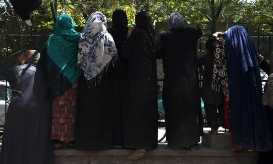 Kvinner i Afghanistan vart tvinga inn i burka då Taliban styrte sist. Foto: Shutterstock