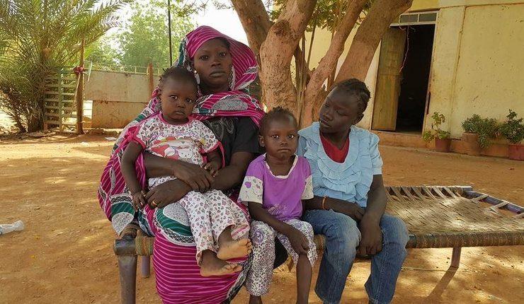 Familie som ble kastet ut fra hjemmet sitt i april 2017, på en eiendom eid av den presbyterianske kirken i Sudan (SPEC). Foto: Middle East Concern.