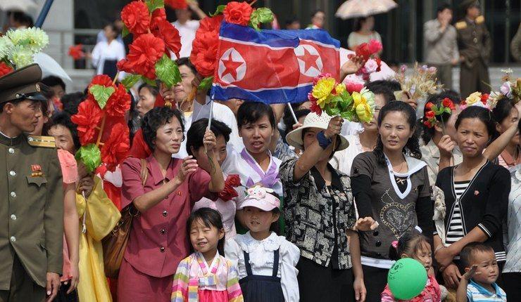 Tilskuere til en militærparade. Foto: Uri Tours, Flickr