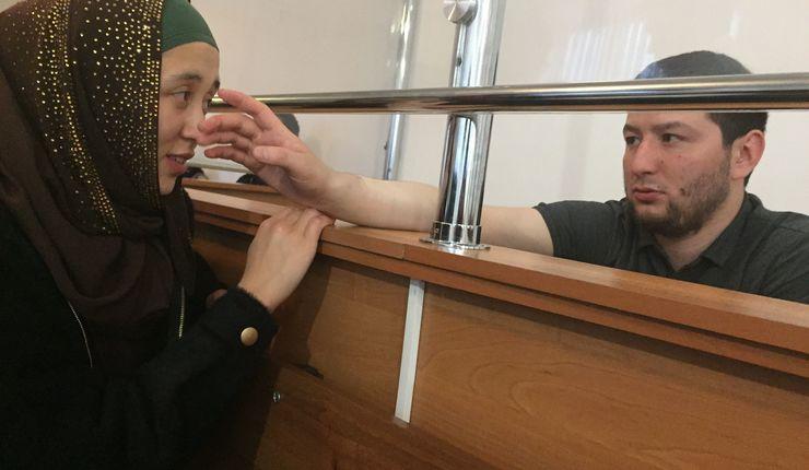 Firebarnsfaren Dadash Mazhenov (t.h.) er fengslet. Foto: Saniya Toiken, RFERL.jpg