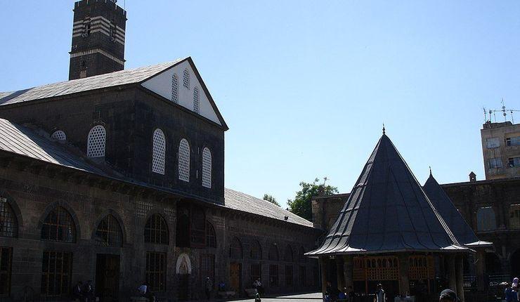 (Foto: Den store moskeen i Diyarbakir, tidl. St. Thomas kirke. Wikimedia/Poyraz 72)