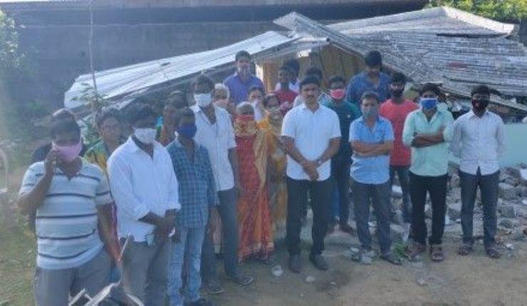 Medlemmer av Grace Prayer House foran kirken som ble revet av hindunasjonalister.  Foto: CSW