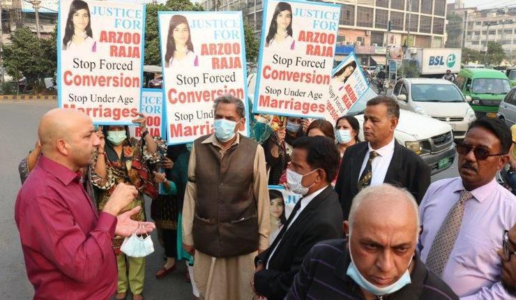 Sajid Christopher i HFO (t.v.) leder demonstrasjon for å få Arzoo (13) fri fra tvangsekteskap og tvangskonvertering