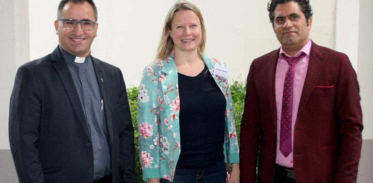 Fader Ameer Jaje og Saad Salloum får Stefanusprisen for 2018. Her er de sammen med Hilde Skaar Vollebæk, konst. generalsekretær i Stefanusalliansen.