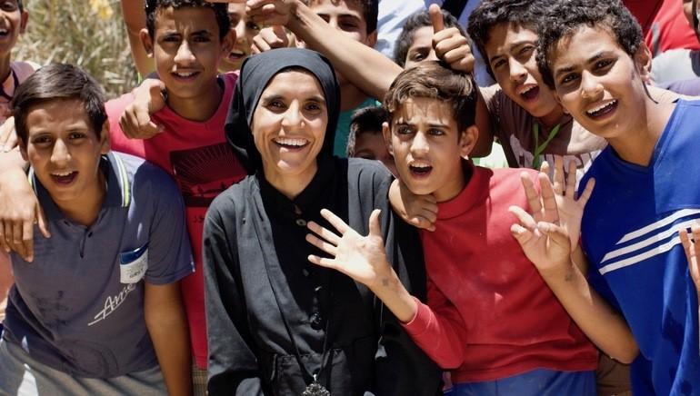 Søster Theodora og guttene som får sin andre sjanse til å gå på skolen.