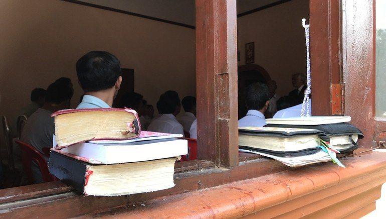 Frå fattige landsbyar kjem kvinner og menn frå tre ulike minoritetar for å gå på bibelskule.